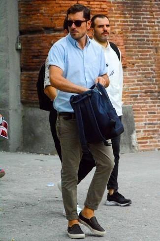 Combinar un pantalón chino gris: Usa una camisa de manga corta celeste y un pantalón chino gris para cualquier sorpresa que haya en el día. Zapatillas slip-on de lona negras son una opción estupenda para complementar tu atuendo.