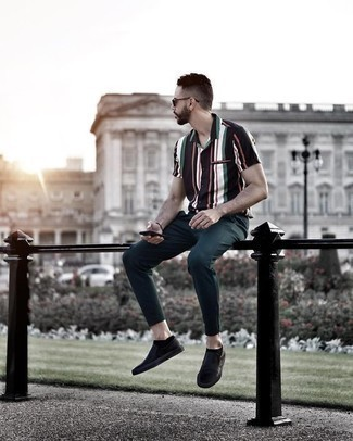 Combinar unos calcetines invisibles negros: Empareja una camisa de manga corta de rayas verticales azul marino con unos calcetines invisibles negros para un look agradable de fin de semana. Dale onda a tu ropa con zapatillas slip-on de cuero negras.