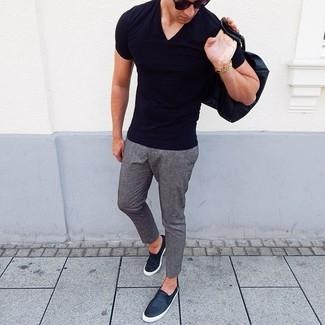 Cómo combinar: gafas de sol negras, zapatillas slip-on de cuero negras, pantalón chino de lana gris, camiseta con cuello en v negra