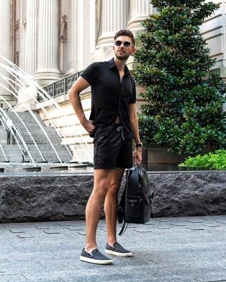Cómo combinar: mochila de cuero negra, zapatillas slip-on de lona azul marino, pantalones cortos negros, camisa de manga corta negra