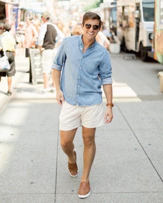 Cómo combinar: gafas de sol en marrón oscuro, zapatillas slip-on de cuero tejidas marrónes, pantalones cortos blancos, camisa de manga larga de cambray celeste