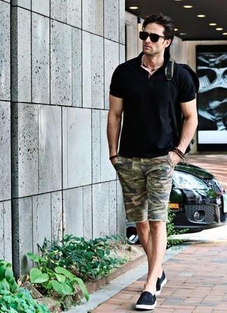 Combinar una camisa polo negra: Para crear una apariencia para un almuerzo con amigos en el fin de semana equípate una camisa polo negra junto a unos pantalones cortos de camuflaje verde oliva. Con el calzado, sé más clásico y opta por un par de zapatillas slip-on de lona negras.
