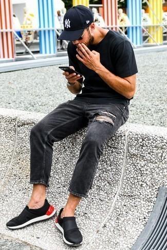 Combinar unas gafas de sol en negro y dorado: Una camiseta con cuello circular negra y unas gafas de sol en negro y dorado son tu atuendo para salir los días de descanso. ¿Te sientes valiente? Haz zapatillas slip-on negras tu calzado.