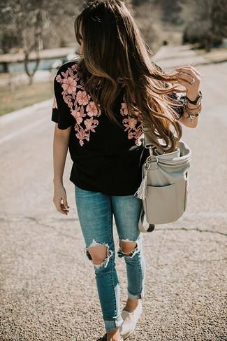 Cómo combinar: bolsa tote de cuero gris, zapatillas slip-on de lona en beige, vaqueros pitillo desgastados azules, blusa de manga corta bordada negra