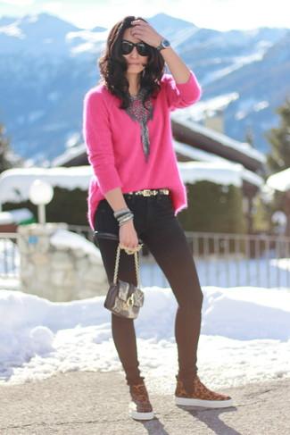 Combinar un jersey oversized rosa: Para un atuendo tan cómodo como tu sillón empareja un jersey oversized rosa junto a unos vaqueros pitillo negros. Zapatillas slip-on de cuero de leopardo marrónes son una opción inigualable para completar este atuendo.