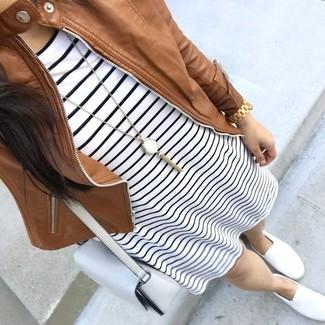 Cómo combinar: bolso bandolera de cuero blanco, zapatillas slip-on blancas, vestido casual de rayas horizontales en blanco y negro, cazadora de aviador de cuero marrón