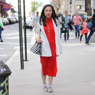 Cómo combinar: bolsa tote de cuero con estampado geométrico en negro y blanco, zapatillas slip-on grises, vestido midi rojo, blazer a lunares en blanco y negro