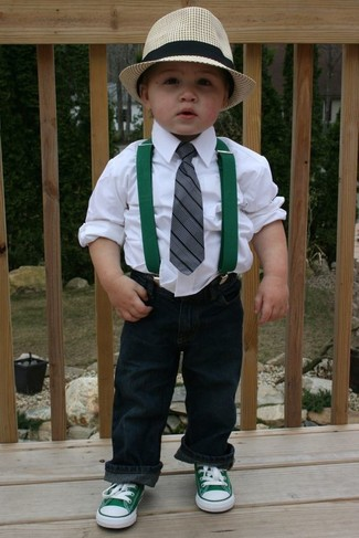 Cómo combinar: sombrero en beige, zapatillas verdes, vaqueros azul marino, camisa de manga larga blanca