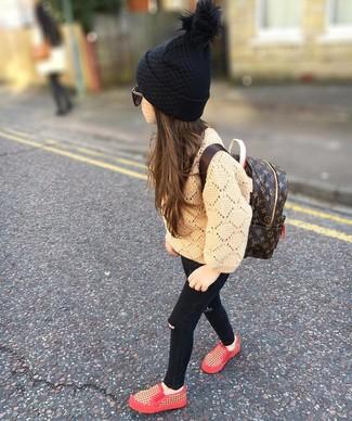Cómo combinar: mochila en marrón oscuro, zapatillas rojas, vaqueros negros, jersey marrón claro