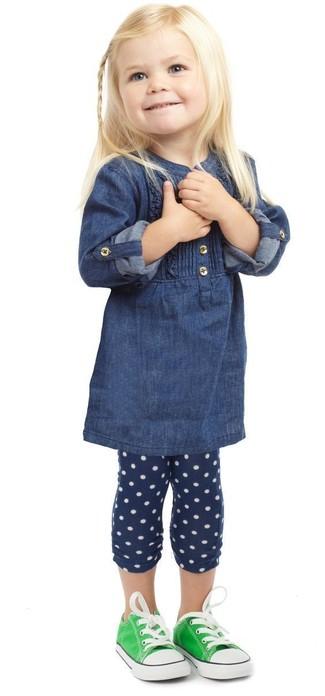 Cómo combinar: zapatillas verdes, leggings a lunares azul marino, vestido vaquero azul marino