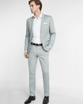 Cómo combinar: pañuelo de bolsillo blanco, zapatos brogue de cuero negros, camisa de manga larga blanca, traje gris