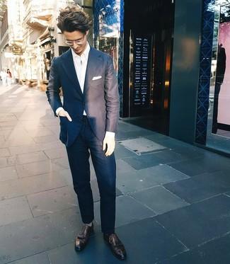 Cómo combinar: pañuelo de bolsillo blanco, zapatos brogue de cuero negros, camisa de manga larga blanca, traje azul marino