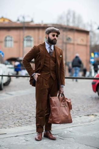 Cómo combinar: bolsa tote de cuero marrón, zapatos brogue de cuero marrónes, camisa de vestir de rayas verticales celeste, traje de tres piezas de pana marrón