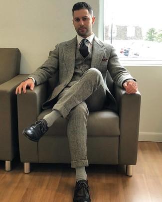Cómo combinar: corbata negra, zapatos brogue de cuero negros, camisa de vestir blanca, traje de tres piezas de lana gris