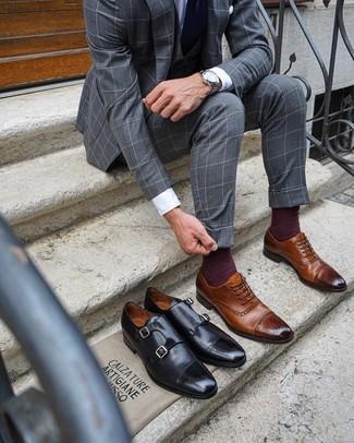 Outfits hombres: Ponte un traje de tres piezas a cuadros gris y una camisa de vestir blanca para una apariencia clásica y elegante. ¿Quieres elegir un zapato informal? Usa un par de zapatos brogue de cuero marrónes para el día.