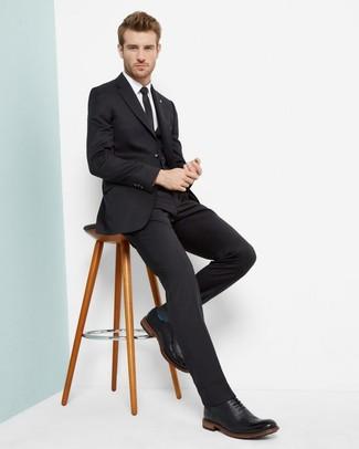 Cómo combinar: corbata negra, zapatos brogue de cuero negros, camisa de vestir blanca, traje de tres piezas negro
