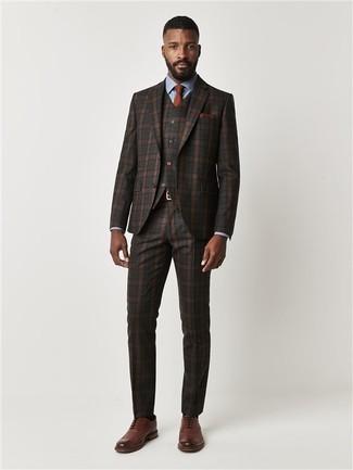 Cómo combinar: corbata en tabaco, zapatos brogue de cuero marrónes, camisa de vestir celeste, traje de tres piezas de tartán en marrón oscuro
