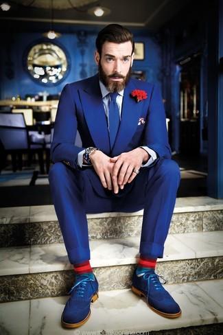 Combinar un broche de solapa con print de flores rojo: Empareja un traje azul junto a un broche de solapa con print de flores rojo para una vestimenta cómoda que queda muy bien junta. Con el calzado, sé más clásico y elige un par de zapatos brogue de ante azules.