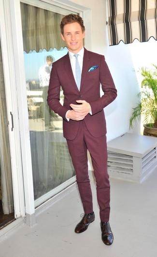 Cómo combinar: corbata celeste, zapatos brogue de cuero en marrón oscuro, camisa de vestir blanca, traje burdeos