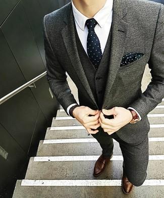 Cómo combinar: corbata a lunares en negro y blanco, zapatos brogue de cuero marrónes, camisa de vestir blanca, traje de lana gris