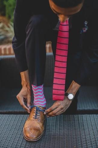 Cómo combinar: corbata de punto rosa, zapatos brogue de cuero marrónes, camisa de vestir celeste, traje negro