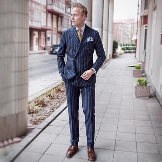 Cómo combinar: corbata estampada amarilla, zapatos brogue de cuero marrónes, camisa de vestir blanca, traje de rayas verticales azul marino