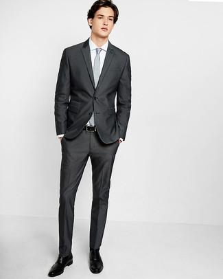 Cómo combinar: corbata con print de flores gris, zapatos brogue de cuero negros, camisa de vestir blanca, traje en gris oscuro