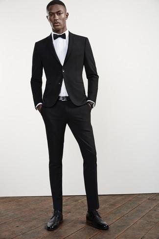 Cómo combinar: corbatín negro, zapatos brogue de cuero negros, camisa de vestir blanca, traje negro