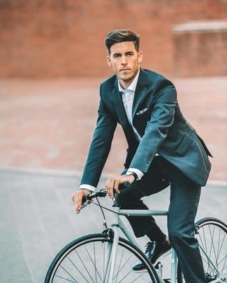 Cómo combinar: pañuelo de bolsillo estampado azul marino, zapatos brogue de cuero negros, camisa de vestir blanca, traje en verde azulado