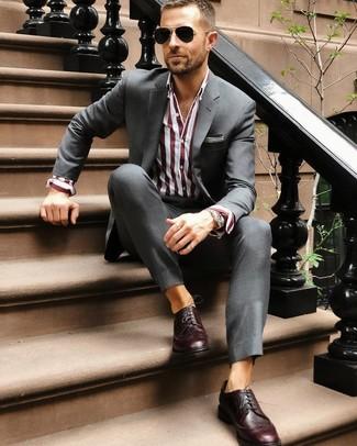 Cómo combinar: gafas de sol negras, zapatos brogue de cuero burdeos, camisa de vestir de rayas verticales burdeos, traje en gris oscuro