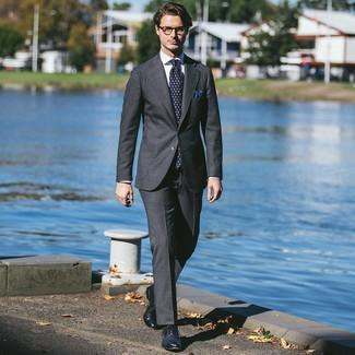Cómo combinar: corbata estampada azul marino, zapatos brogue de cuero azul marino, camisa de vestir blanca, traje en gris oscuro