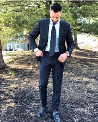 Cómo combinar: corbata en gris oscuro, zapatos brogue de cuero negros, camisa de vestir blanca, traje de rayas verticales en gris oscuro