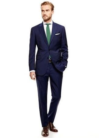 Cómo combinar: corbata verde, zapatos brogue de cuero en marrón oscuro, camisa de vestir blanca, traje azul marino