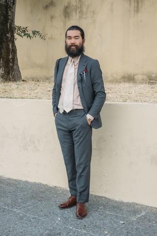 Combinar un traje en gris oscuro: Considera emparejar un traje en gris oscuro con una camisa de vestir en beige para un perfil clásico y refinado. Haz este look más informal con zapatos brogue de cuero marrónes.