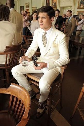 Combinar una corbata de paisley en beige: Opta por un traje en beige y una corbata de paisley en beige para una apariencia clásica y elegante. Para el calzado ve por el camino informal con zapatos brogue de cuero en marrón oscuro.