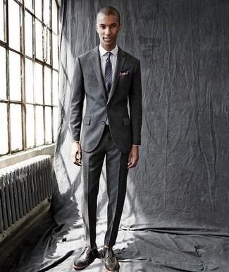 Combinar un traje en gris oscuro: Accede a un refinado y elegante estilo con un traje en gris oscuro y una camisa de vestir blanca. Si no quieres vestir totalmente formal, opta por un par de zapatos brogue de cuero en gris oscuro.