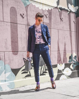 Cómo combinar: portafolio de cuero gris, zapatos brogue de cuero en tabaco, camiseta con cuello circular con print de flores rosada, traje a cuadros azul marino
