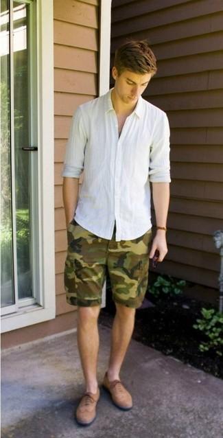Cómo combinar: zapatos brogue de ante marrón claro, pantalones cortos de camuflaje verde oliva, camisa de manga larga de lino blanca