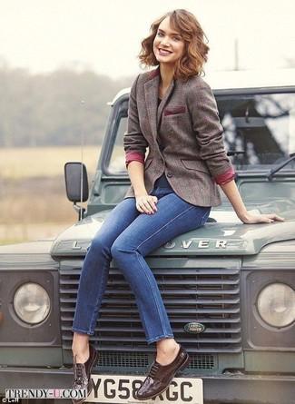 Cómo combinar: zapatos brogue de cuero en marrón oscuro, vaqueros pitillo azules, blazer de lana a cuadros marrón