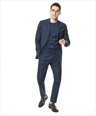 Cómo combinar: pañuelo de bolsillo en gris oscuro, zapatos brogue de cuero en marrón oscuro, jersey con cuello circular azul marino, traje a cuadros azul marino