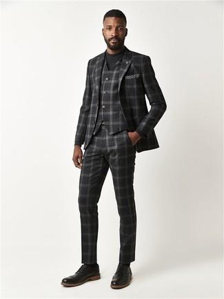 Cómo combinar: pañuelo de bolsillo a lunares en negro y blanco, zapatos brogue de cuero negros, jersey con cuello circular negro, traje de tres piezas de tartán en gris oscuro