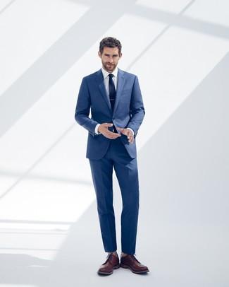 Cómo combinar: corbata azul marino, zapatos brogue de cuero marrónes, camisa de vestir blanca, traje azul