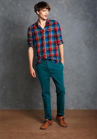 Cómo combinar: calcetines negros, zapatos brogue de cuero marrónes, pantalón chino en verde azulado, camisa de manga larga de tartán en multicolor