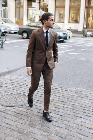 Combinar una corbata negra: Emparejar un traje marrón junto a una corbata negra es una opción buena para una apariencia clásica y refinada. Si no quieres vestir totalmente formal, haz zapatos brogue de cuero negros tu calzado.