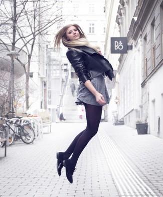 Vestido gris con medias negras