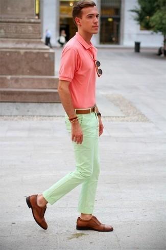 Combinar un pantalón chino en verde menta en clima caliente: Para crear una apariencia para un almuerzo con amigos en el fin de semana intenta ponerse una camisa polo rosada y un pantalón chino en verde menta. ¿Te sientes valiente? Complementa tu atuendo con zapatos brogue de cuero marrónes.