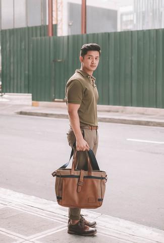 Cómo combinar: bolsa tote de cuero marrón, zapatos brogue de cuero en marrón oscuro, pantalón chino marrón, camisa polo verde oliva