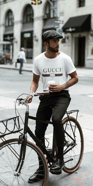 Cómo combinar: gorra inglesa en gris oscuro, zapatos brogue de cuero negros, pantalón chino negro, camiseta con cuello circular estampada blanca