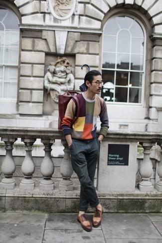 Outfits hombres: Intenta ponerse un jersey con cuello circular en multicolor y un pantalón chino en gris oscuro para una apariencia fácil de vestir para todos los días. ¿Te sientes valiente? Usa un par de zapatos brogue de cuero marrónes.