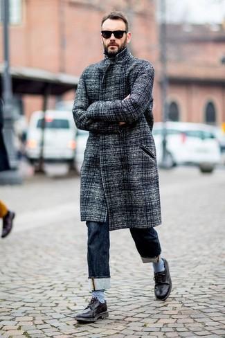 Cómo combinar: gafas de sol negras, zapatos brogue de cuero negros, vaqueros azul marino, abrigo largo gris